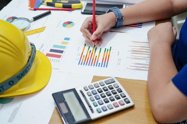 Kinderen of kind berekenen wiskunde en grafiek met potlood over wiskunde om ingenieur te worden.
