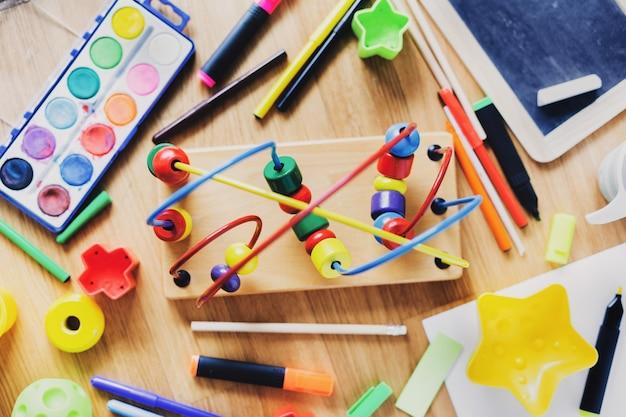 Kinderen of kinderen concept. speelspeelgoed en tekenmateriaal op tafel. uitzicht van boven.
