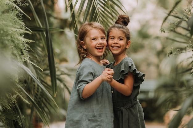 Kinderen ontdekken tropische planten en bloemen in de kas