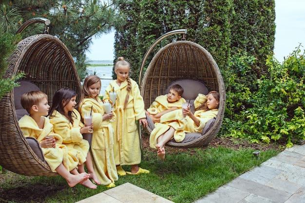 Kinderen ontspannen in de tuin