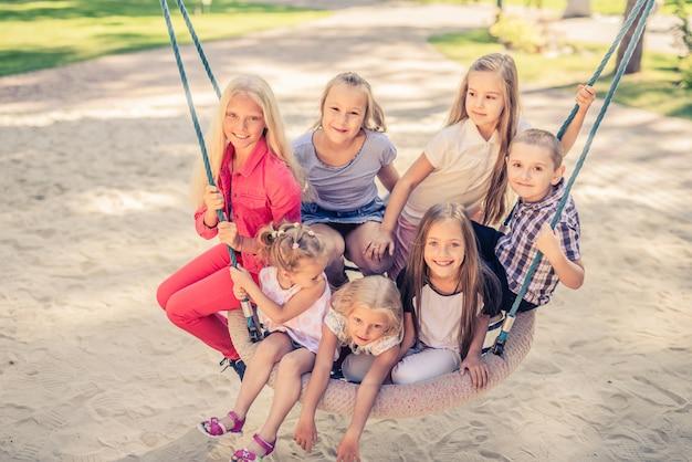 Kinderen op de schommel