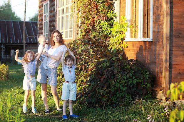Kinderen op een wandeling in de zomer. kinderen genieten van het land. gelach en opspattend water.