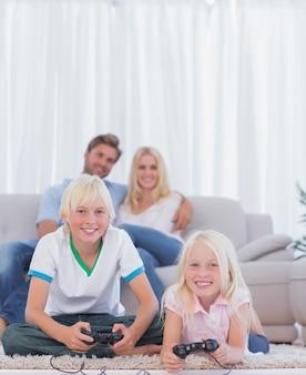 Kinderen op het tapijt spelen van videogames