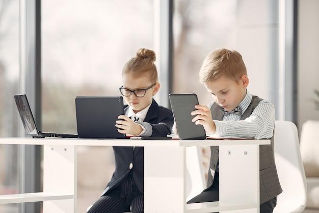 Kinderen op kantoor met een laptop