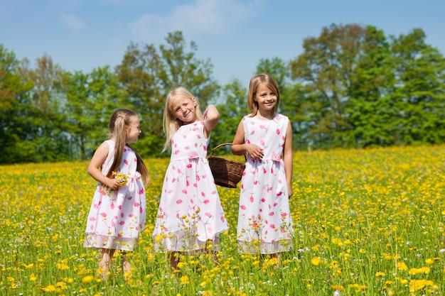 Kinderen op paaseieren jagen met manden
