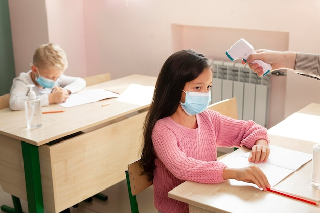 Kinderen op school tijdens covid-concept