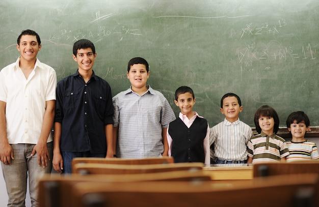 Kinderen op school van kleinere naar grotere rijen