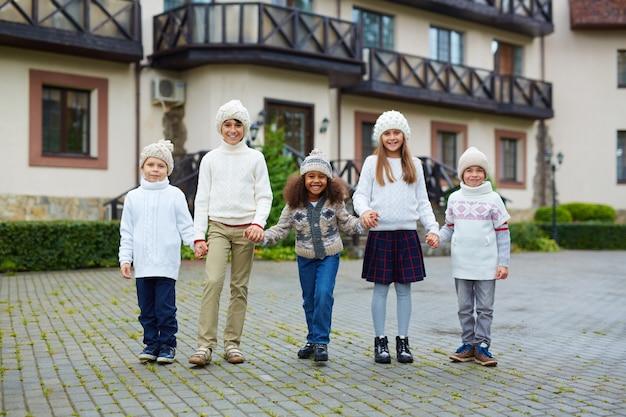 Kinderen op schoolcampus