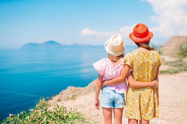 Kinderen op vakantie op witte rots