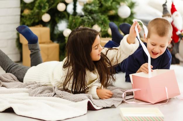 Kinderen openen xmas presenteert