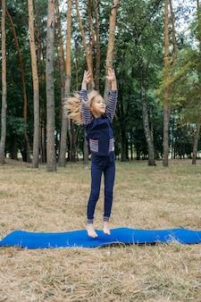 Kinderen outdoor fitness circuit zomer activiteit spelletjes buitenactiviteiten voor kinderen klein meisje doen