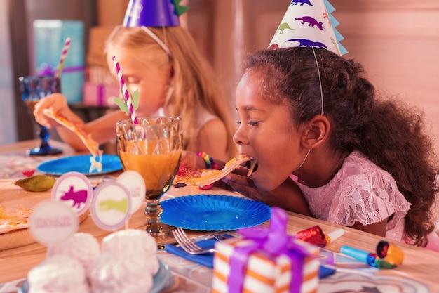 Kinderen pizza eten op een verjaardagsfeestje