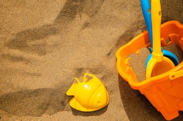 Kinderen plastic strandspeelgoed in zand