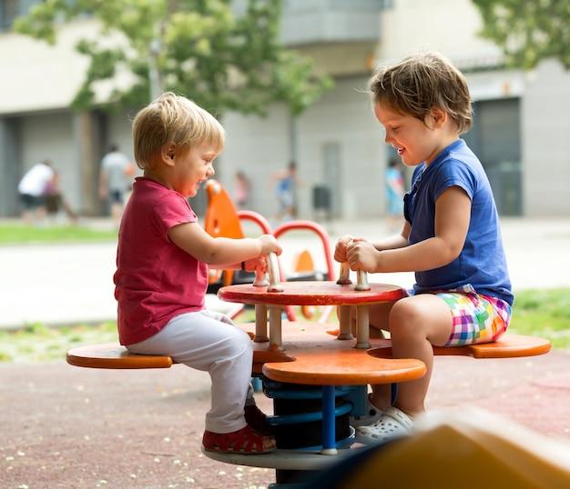 Kinderen plezier op de speelplaats