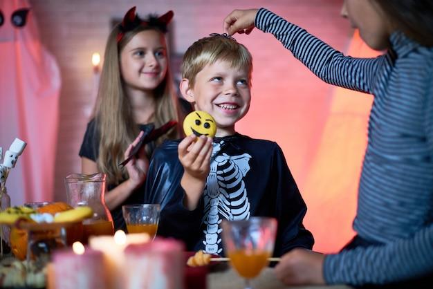 Kinderen plezier op halloween party