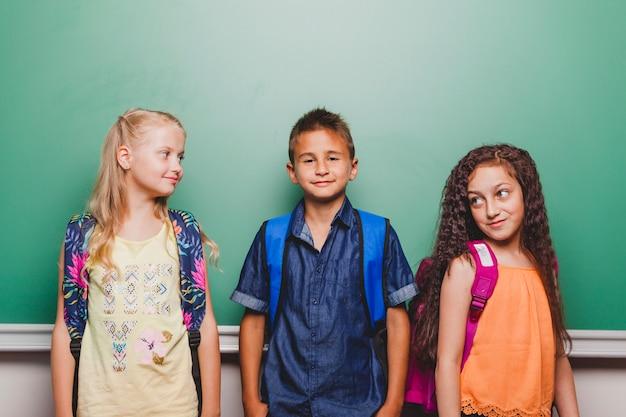 Kinderen poseren in de klas