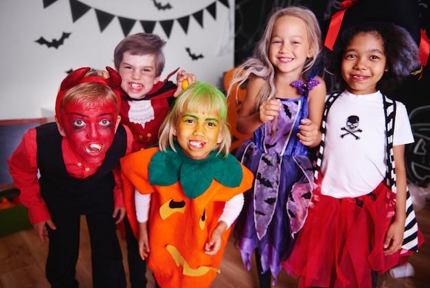 Kinderen poseren in halloween kostuum