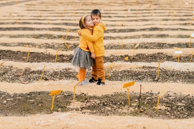 Kinderen poseren in het veld