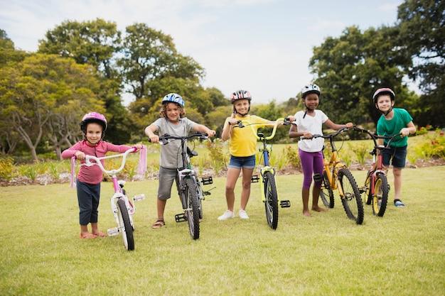 Kinderen poseren met fietsen