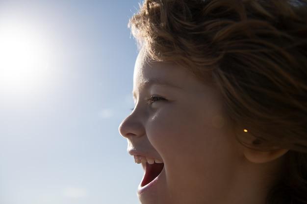 Kinderen profiel portret, gelukkig kind schreeuwen. lachende kinderen mond.