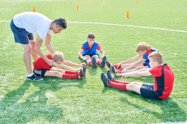 Kinderen rekken zich uit voordat ze gaan oefenen