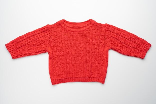 Kinderen rode gebreide trui geïsoleerd. vooraanzicht