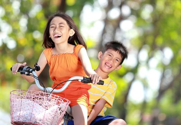 Kinderen samen fietsen