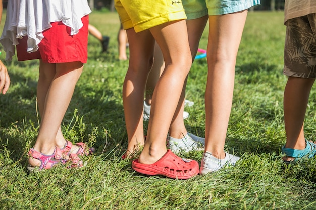 Kinderen samen in beweging buiten en benen van een kind in actie vooraan