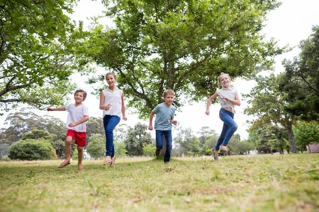 Kinderen samen plezier in park