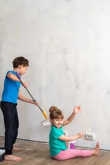 Kinderen schilderen de muren
