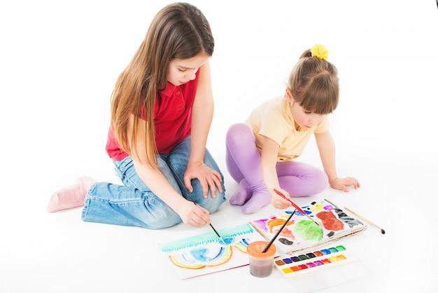 Kinderen schilderen enthousiast met aquarellen