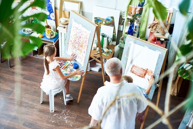 Kinderen schilderen foto's in art studio