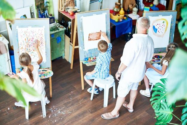 Kinderen schilderen in art studio
