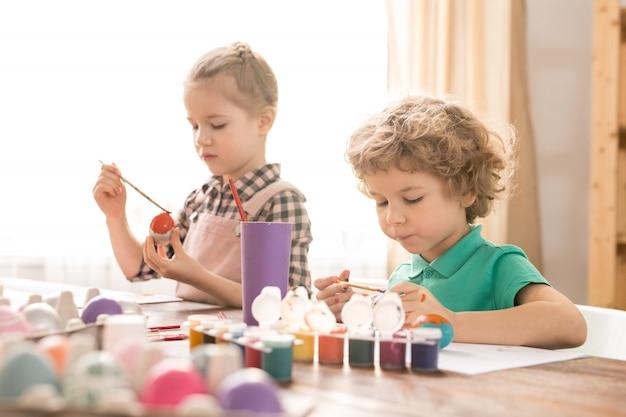 Kinderen schilderen paaseieren