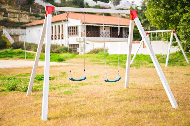 Kinderen schommelen op de speelplaats
