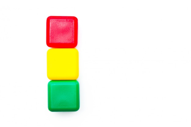 Kinderen speelgoed. veelkleurige kubussen in een vorm van verkeerslicht op witte achtergrond. geïsoleerd