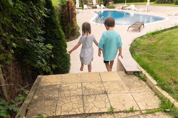 Kinderen spelen bij zwembad