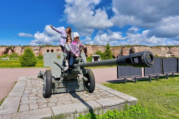 Kinderen spelen de kanonnen van de tweede wereldoorlog in het foreshek-fort