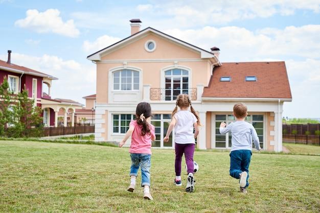 Kinderen spelen door mooi huis