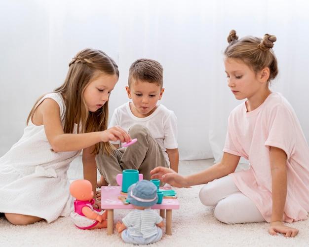 Kinderen spelen een verjaardagsspel
