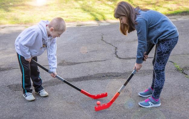 Kinderen spelen hockey op straat