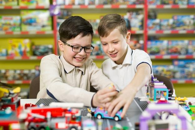 Kinderen spelen in de ontwerper aan tafel