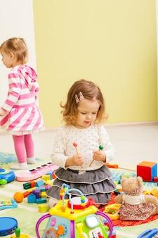 Kinderen spelen in de speelkamer. kinderen fantaseren dat ze muzikanten zijn