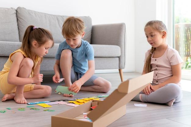 Kinderen spelen in de woonkamer volledig schot