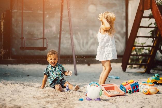 Kinderen spelen in een zand park