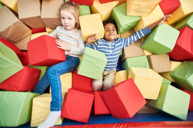 Kinderen spelen in foam pit
