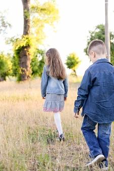 Kinderen spelen in het groene veld tijdens de warme zomerdag