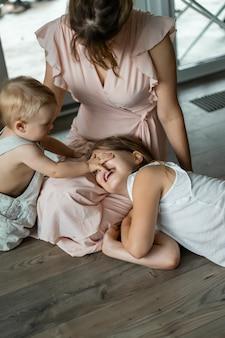 Kinderen spelen in het huis, huiselijke sfeer. broers en zussen brengen samen tijd door.
