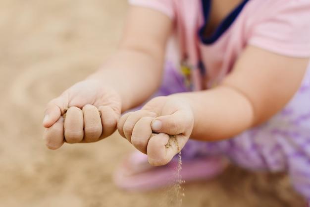 Kinderen spelen in het zand. deze activiteit is goed voor sensorische ervaring en leren.