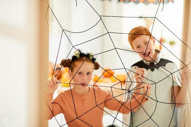 Kinderen spelen in spinnen